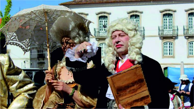 Desfile de sombrinhas barrocas no Dia Internacional dos Museus