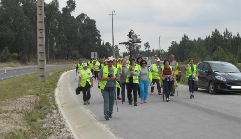 peregrinos caminham em caminhos alternativos